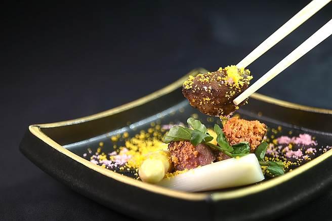 〈櫻花和牛舌〉是採厚切澳洲和牛牛舌炭烤後,搭配當令法國進口白蘆筍,並用鹹蛋黃和櫻花鬆提味。(圖/姚舜)
