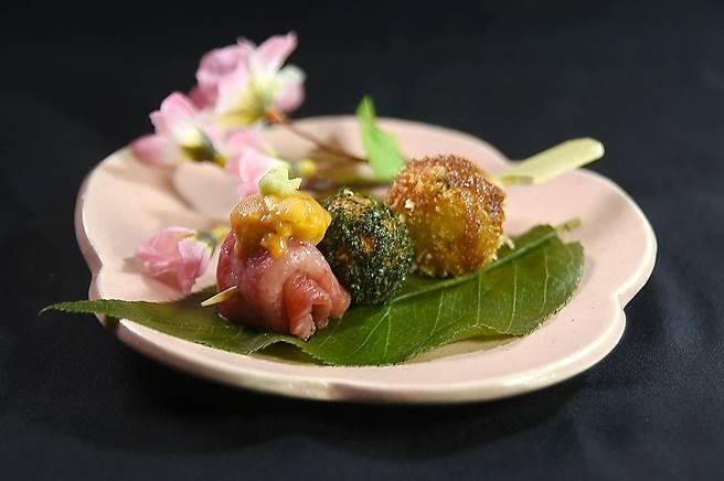 賞櫻必嘗美食〈花見糰子〉,最左是用日本A5和牛紐約客佐北海道赤上海膽,一般燒肉店不會見到這樣的菜式。(圖/姚舜)