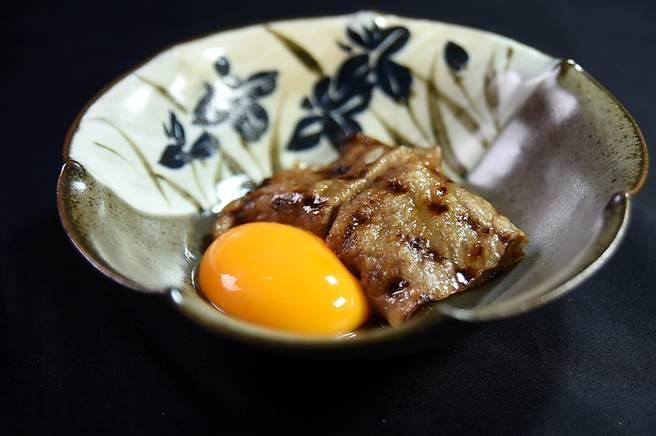 以炭烤過的和牛搭配生雞蛋並淋醬汁,〈樂軒和牛割烹〉套餐中的這道菜式,可讓客人得到頂級和牛壽喜燒的體驗。(圖/姚舜)