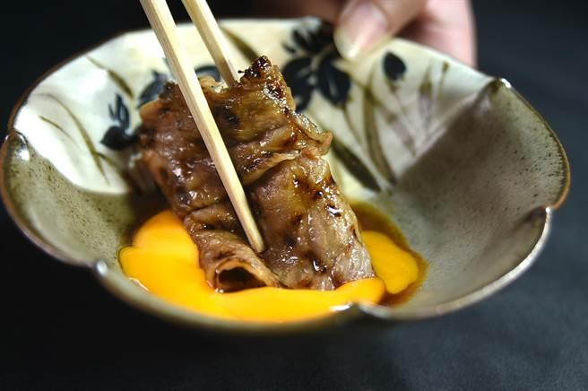 油潤細緻的炭烤和牛裹上了蛋液,口感更加柔順細滑。(圖/姚舜)