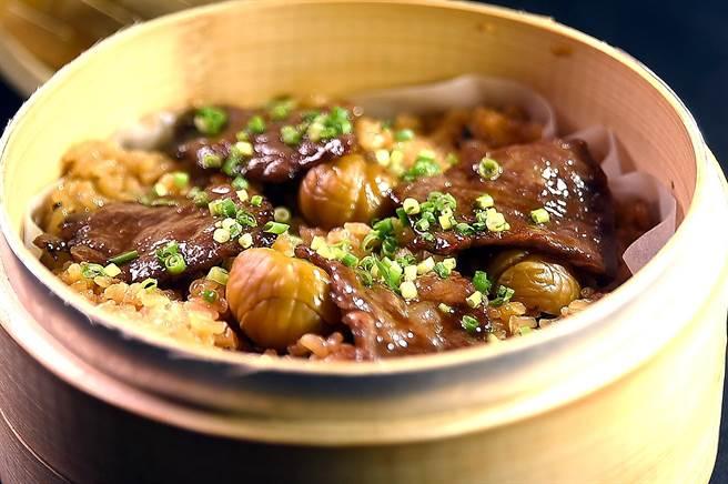 在台北晶華酒店B3的〈樂軒和牛割烹〉,可以嘗到料理長以和牛和栗子與米飯以竹蒸籠蒸炊的〈和牛米糕〉。(圖/姚舜)