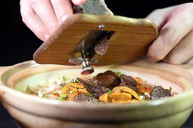 〈樂軒和牛割烹〉的〈「膽松露釜飯〉會由服務人員在板前現刨黑松露添香。(圖/姚舜)