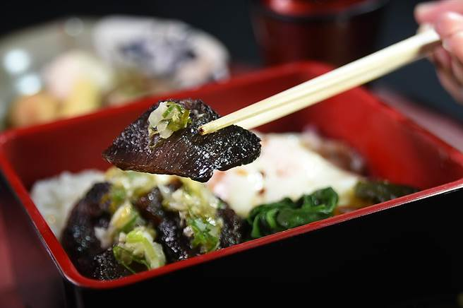 〈黯然銷魂飯〉是用澳洲9+和牛牛小排以叉燒醬醃漬後再爐烤,風味和口感像極了用豬肉作的〈叉燒〉。(圖/姚舜)