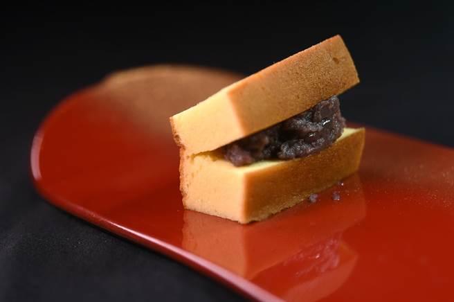 〈樂軒和牛割烹〉的〈紅豆玉子燒〉,甜鹹激盪、質地綿密柔滑,非試不可。(圖/姚舜)