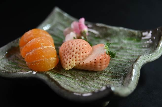〈樂軒和牛割烹〉連水果都講究,圖為來自日本的「淡雪草莓」和「小太陽」柑橘。(圖/姚舜)