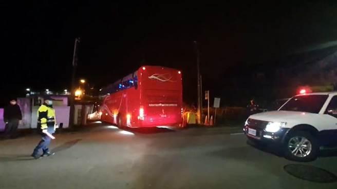 搭乘武漢包機返台的112名台胞,11日凌晨由遊覽車載運抵達蘭陽檢疫所。(讀者提供/胡健森宜蘭傳真)