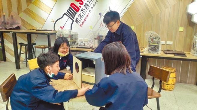 新北中山國中學生自製簡易紫外線燈箱。(新北市教育局提供/王揚傑新北傳真)