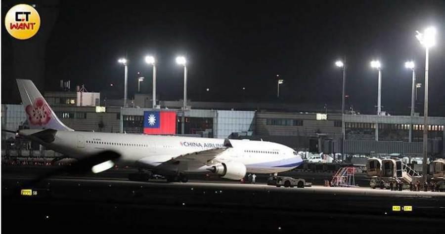 第二批武漢返台包機10日深夜返抵國門。(圖/記者馬景平攝)