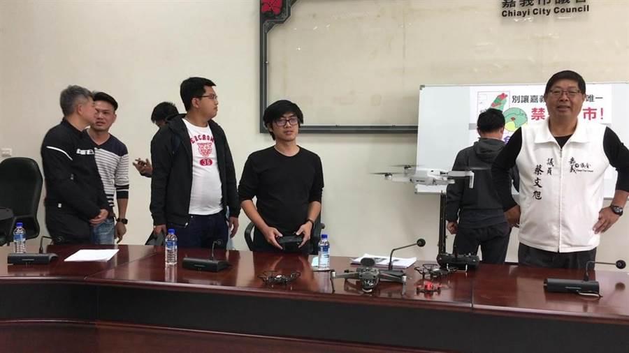 無人機玩家示範操作無人機空拍。(廖素慧攝)
