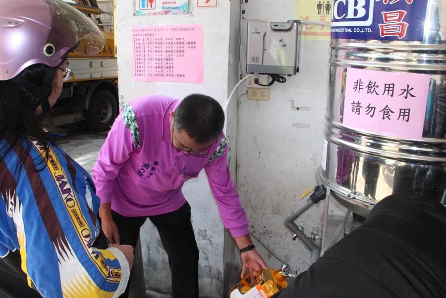 旺旺集團捐借苗栗市公所水神生成機,免費提供居民微酸性電解次氯酸水,幫助防疫。(何冠嫻攝)