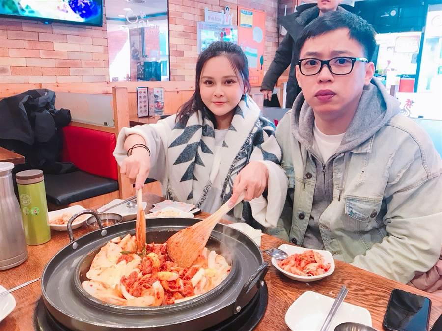 因為有「幸福成家基金」的幫忙,讓張育賢在34歲時,除了已為自己與家人買房!每年還能存下旅遊基金出國玩。圖為張育賢與女友到韓國旅遊的回憶。