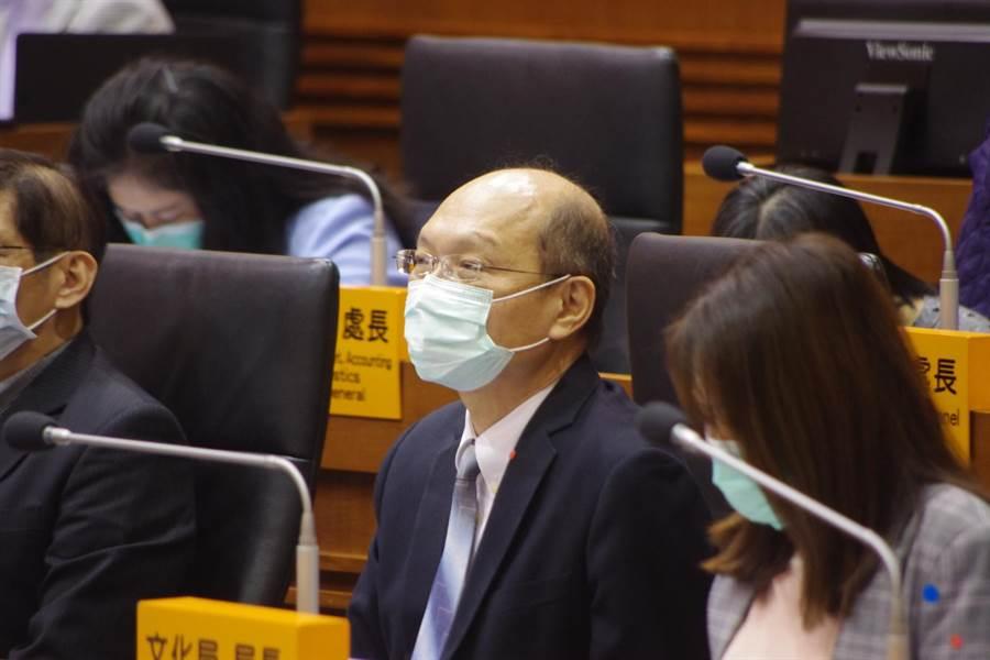衛生局長吳澤誠澄清衛生局沒有派人用機車接送檢疫婦,知道時人已經載走了。(許家寧攝)