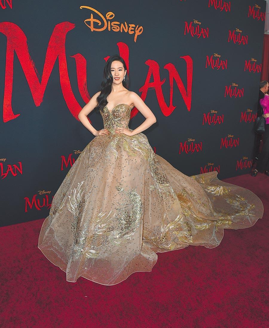 劉亦菲以一襲金色禮服現身首映會。(美聯社)
