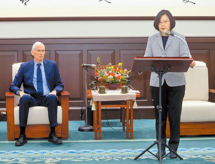 總統蔡英文(右)在總統府接見美國在台協會(AIT)主席莫健,對於美國眾議院通過「台北法案」表示感謝。(中央社記者鄭傑文攝)