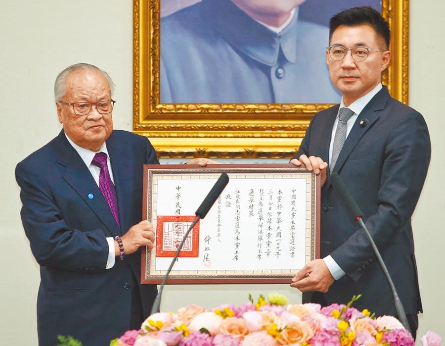 國民黨補選新任黨主席就職典禮9日舉行,新任黨主席江啟臣(右)從中央選舉委員會召集人許水德(左)手中接下當選證書。(王英豪攝)