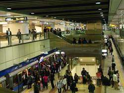 捷運蘆洲站驚傳有人帶刀 激動婦被帶回警局