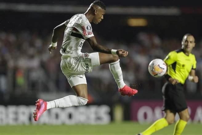 巴西聖保羅的Robert Arboleda在自由者盃比賽躍起踢球。(美聯社)