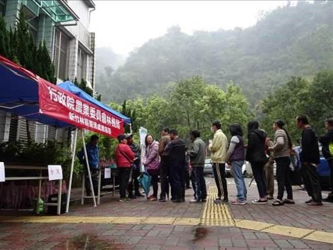 一大早雨剛停,便有不少民眾到場排隊。(新竹林管處提供/巫靜婷苗栗傳真)