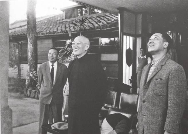 蔣經國(左起)、蔣中正、蔣緯國昔日在陽明書屋前合影。(本報系資料照片)
