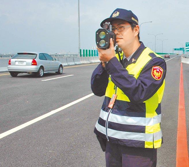 高速公路局公布10大超速黑名單車牌,盼遏止歪風。圖為國道警察全面取締超速車輛。(本報資料照片)