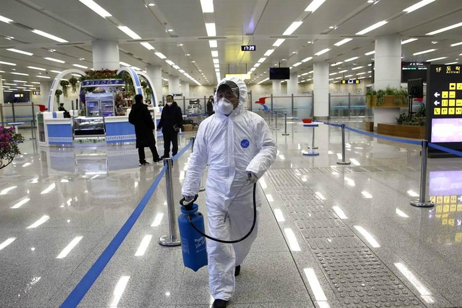 傳北韓官員告訴人民用鹽水消毒,可有效防止傳染性疾病擴散。圖為平壤國際機場消毒的畫面。(資料照/美聯社)