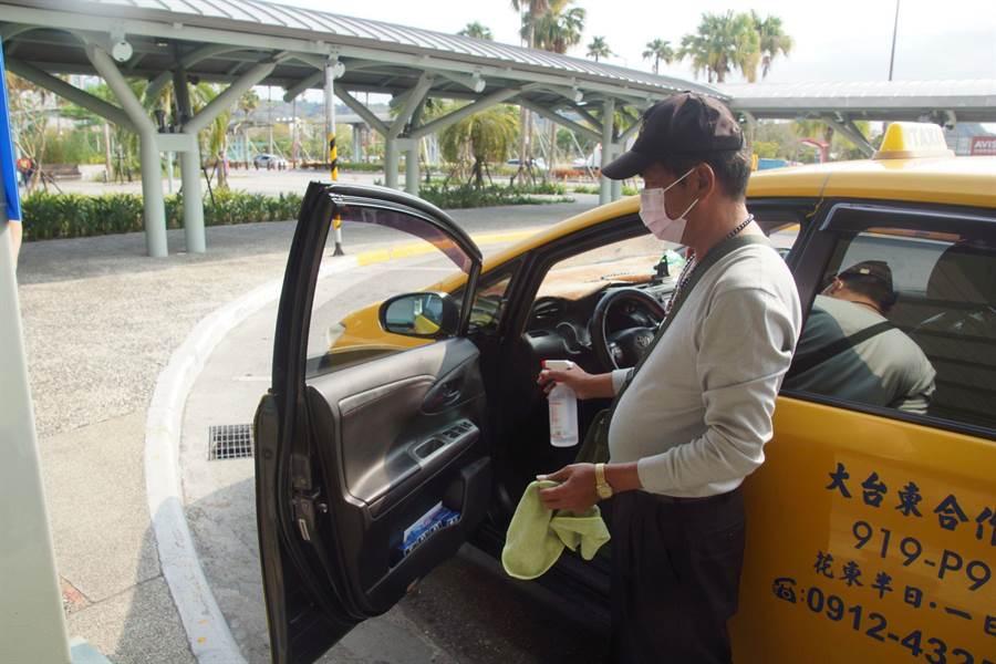 排班計程車司機也忙著噴酒精消毒。(翻攝照片/楊漢聲台東傳真)