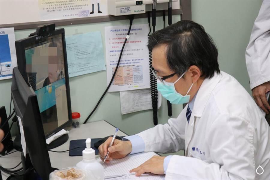 嘉基醫院眼科醫師蔡忠斌為居家檢疫的幼童視訊診療。(嘉基醫院提供/廖素慧嘉義市傳真)