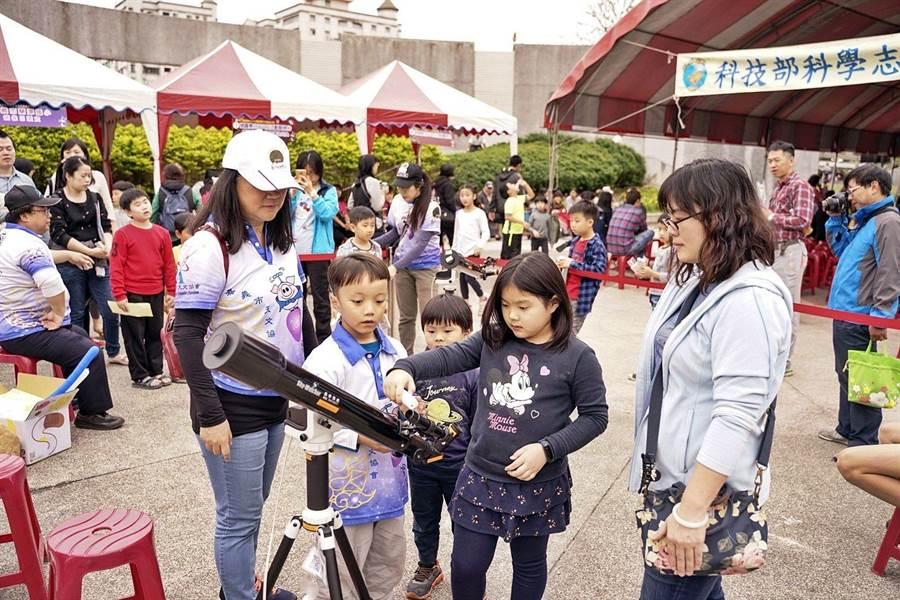 第六屆諸羅春分天文日活動,親子熱情參加。(嘉義市政府提供/廖素慧嘉義市傳真)