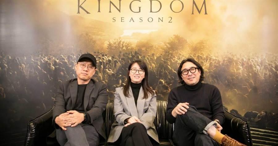 製作人金成勳(左起)、編劇金銀姬和導演朴仁濟透過視訊接受台灣媒體,透露此次將出現重大劇情。(圖/Netflix提供)