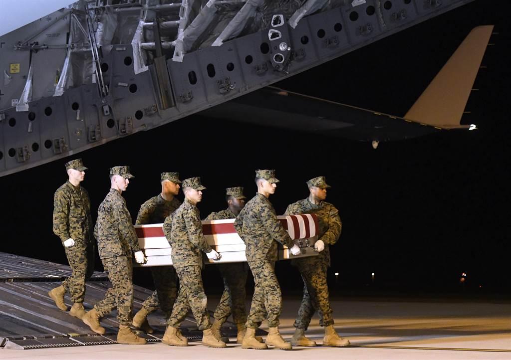 兩名駐伊拉克美軍和1名英軍遭火箭彈攻擊喪生1天後,美國周四展開報復性空襲。(美聯社)