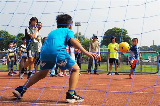 嘉義縣東石鄉龍崗國小2年前開始推動足球,協助建構三級運動人才培育理念。(龍崗國小提供/張毓翎嘉義傳真)