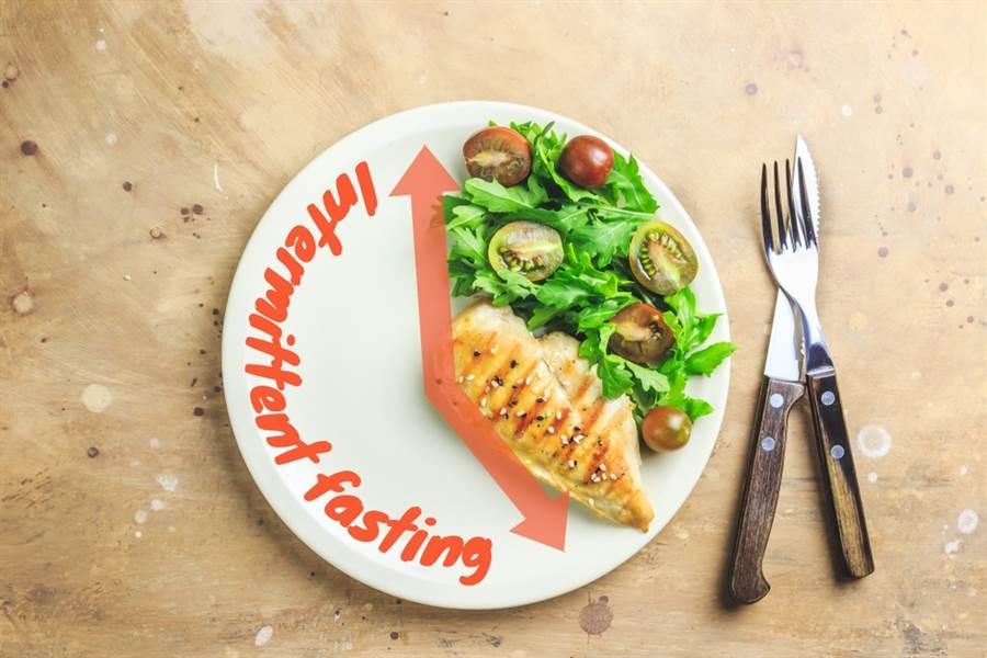 斷食可讓身體有更多的時間來代謝老廢的物質,來達到治病及排毒的功效,但仍然有一些族群不適合斷食療法。(達志影像/shutterstock)