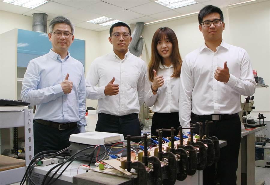 功大學材料系教授洪飛義研究團隊與台南不織布大廠康那香公司共同研發高科技鎂布充電電池。(成功大學提供/曹婷婷台南傳真)