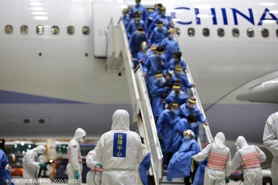 圖為第二批武漢包機10日晚間抵台後,乘客下機情況。(圖/中央流行疫情指揮中心提供)