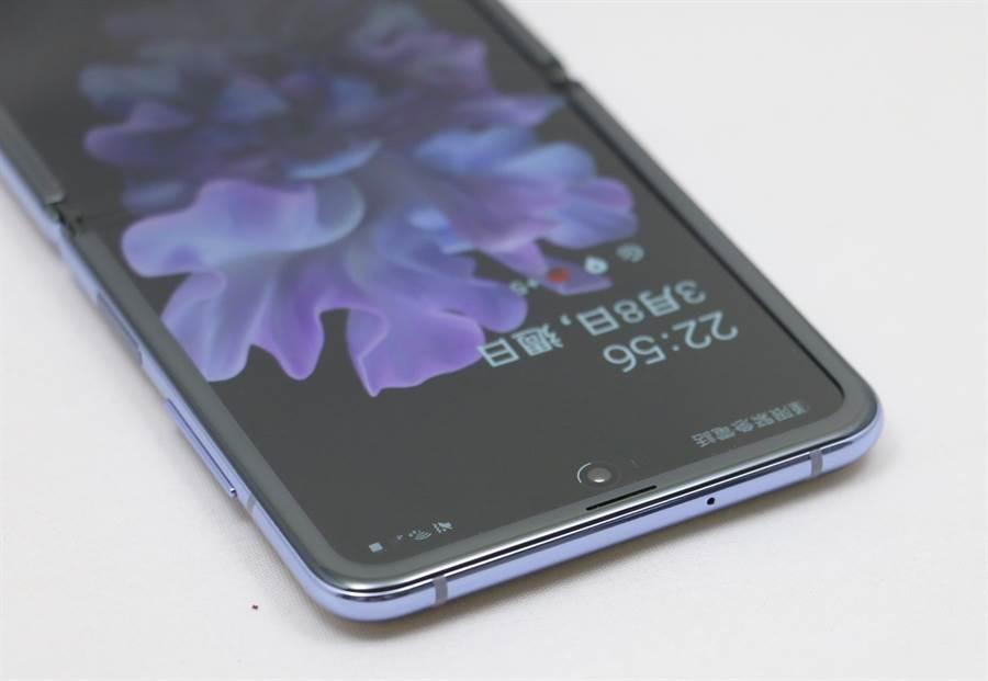 Galaxy Z Flip機身照(上側),採用O極限全螢幕設計。(黃慧雯攝)
