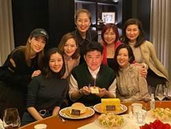 艷福不淺 7大美女素顏圍繞導演陪慶生
