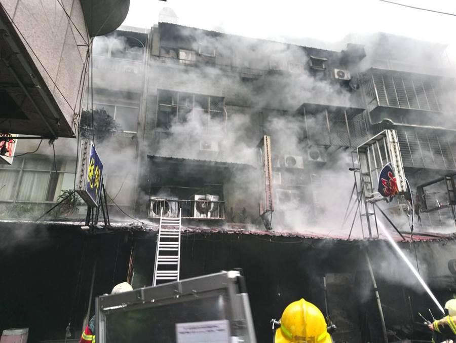 華西街公寓火警,警消救出8人,其中5人沒有生命跡象。(民眾提供/李文正台北傳真)