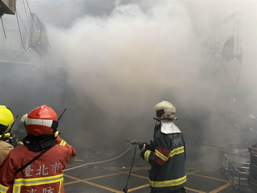 華西街公寓大火警消在7點22分撲滅火勢。(民眾提供/李文正台北傳真)