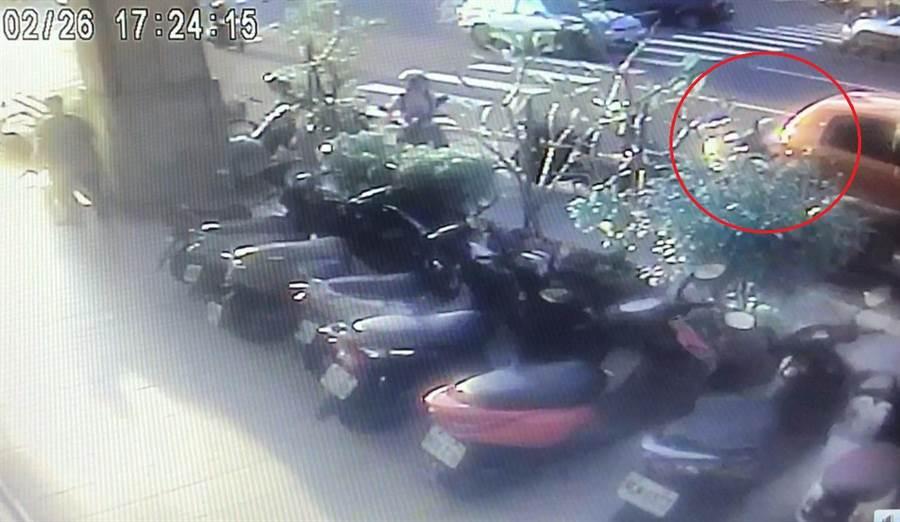 警方依照監視器發現52歲李姓男駕駛開車,倒車時擦撞賴姓車主機車,隨即下車牽起該機車後離開。 (台中市警3分局提供/張妍溱台中傳真)