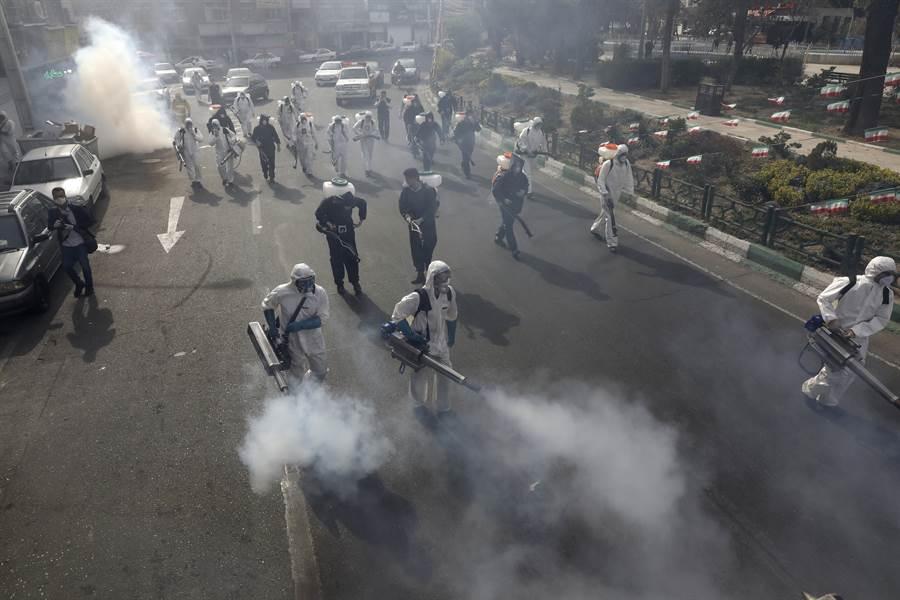 為了防範疫情惡化,伊朗軍方下令,安全部隊將在24小時之內清空伊朗全國所有街道,並將對所有公民進行新冠病毒檢查。(美聯社)