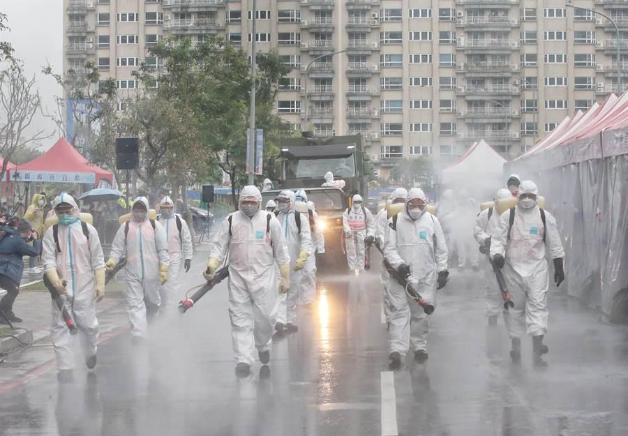 化學兵演練消毒社區。(趙雙傑攝)