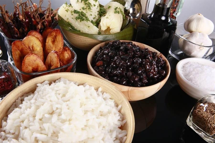 國民健康署提醒,在選擇三餐時,不要忽略攝取全榖雜糧對保持自體健康的益處與重要性。(達志影像/shutterstock)