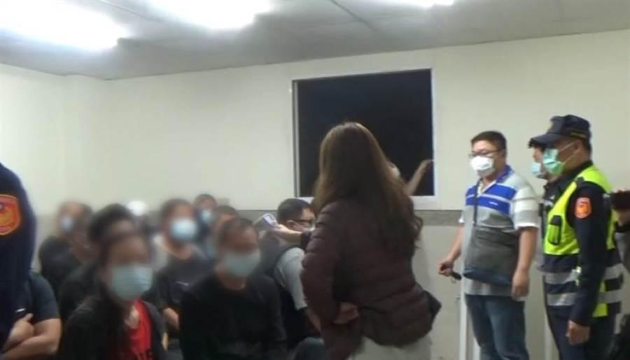 台南市警方為了查賭場,女警攜帶額溫槍為賭客一一量測體溫,並發給賭客口罩配戴。(翻攝照片/程炳璋台南傳真)