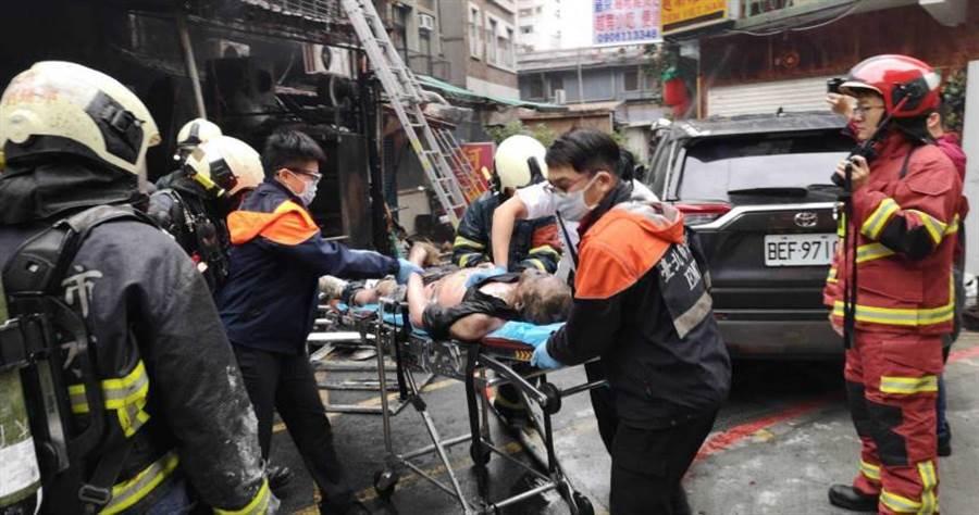 華西街阿公店今清晨因不明原因起火,釀成4人死亡2人重傷的悲劇。(圖/讀者提供)