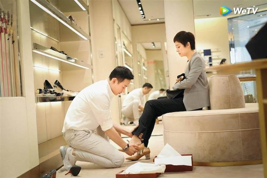 羅晉(左)在《安家》買名牌高跟鞋給孫儷。(WeTV提供)