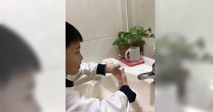 小孩放學後,Doris就會立刻叮嚀他要洗手,避免帶病毒回家。(圖/Doris提供)