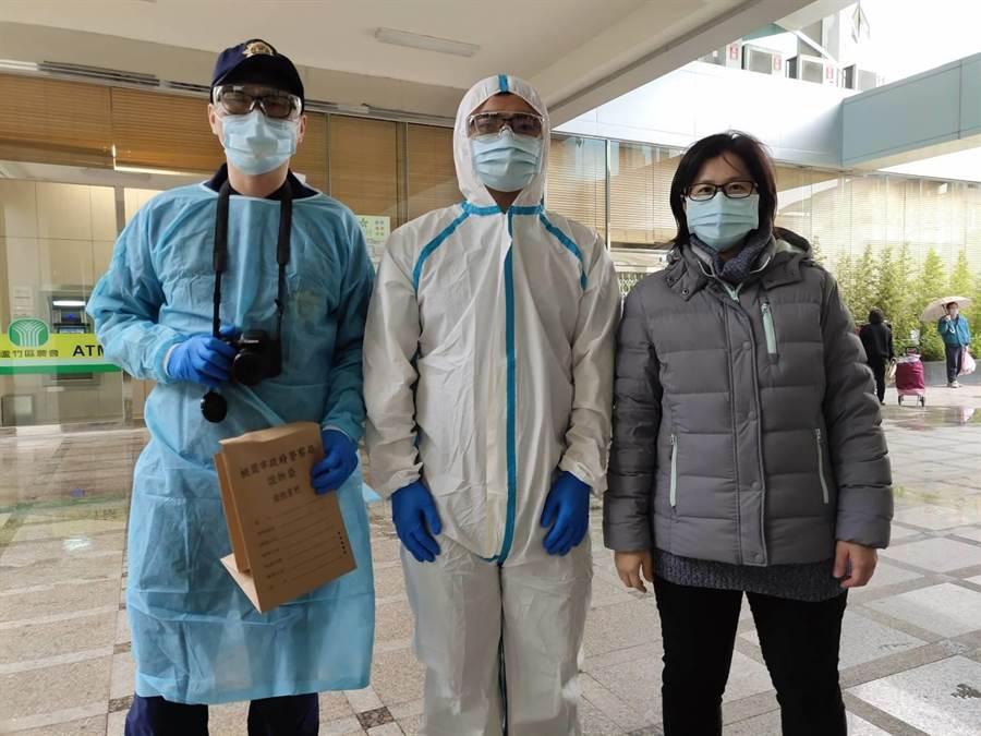 發現通緝犯或現行犯是居家檢疫或隔離對象,立刻穿上防護衣。(蘆竹警提供/蔡依珍桃園傳真)