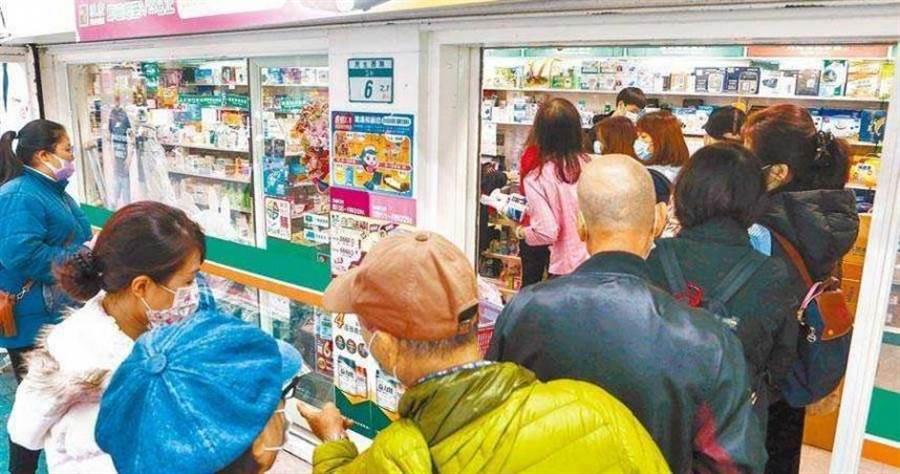 日前有民眾拿錯健保卡,竟要求藥師下跪道歉而引發大眾討論。(示意圖/報系資料照)