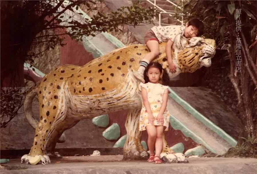 自立書店老闆陳上惠家中二女兒提供的老照片上所描述的是三十幾年前的回憶。(基隆市自立書店提供/吳康瑋基隆傳真)