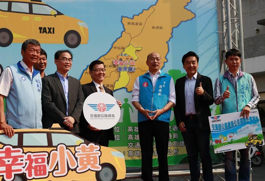 高雄市長韓國瑜(右三)被抹黑,網媒指他亂說話「區長5年沒看過市長」,新聞局對此澄清。(高市新聞局提供/林瑞益高雄傳真)